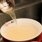 この透明度200%のスープをみて