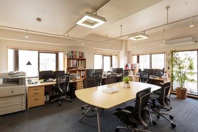 明るく開放的なオフィス。